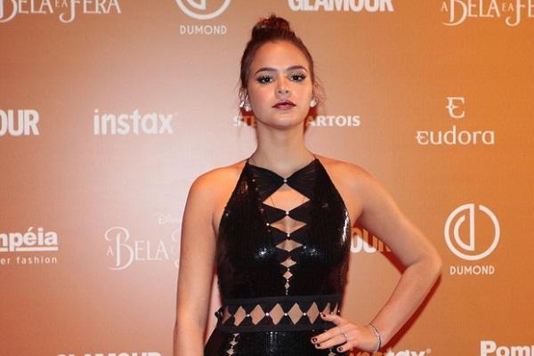 Bruna Marquezine usa batom roxo e look sensual em tapete vermelho