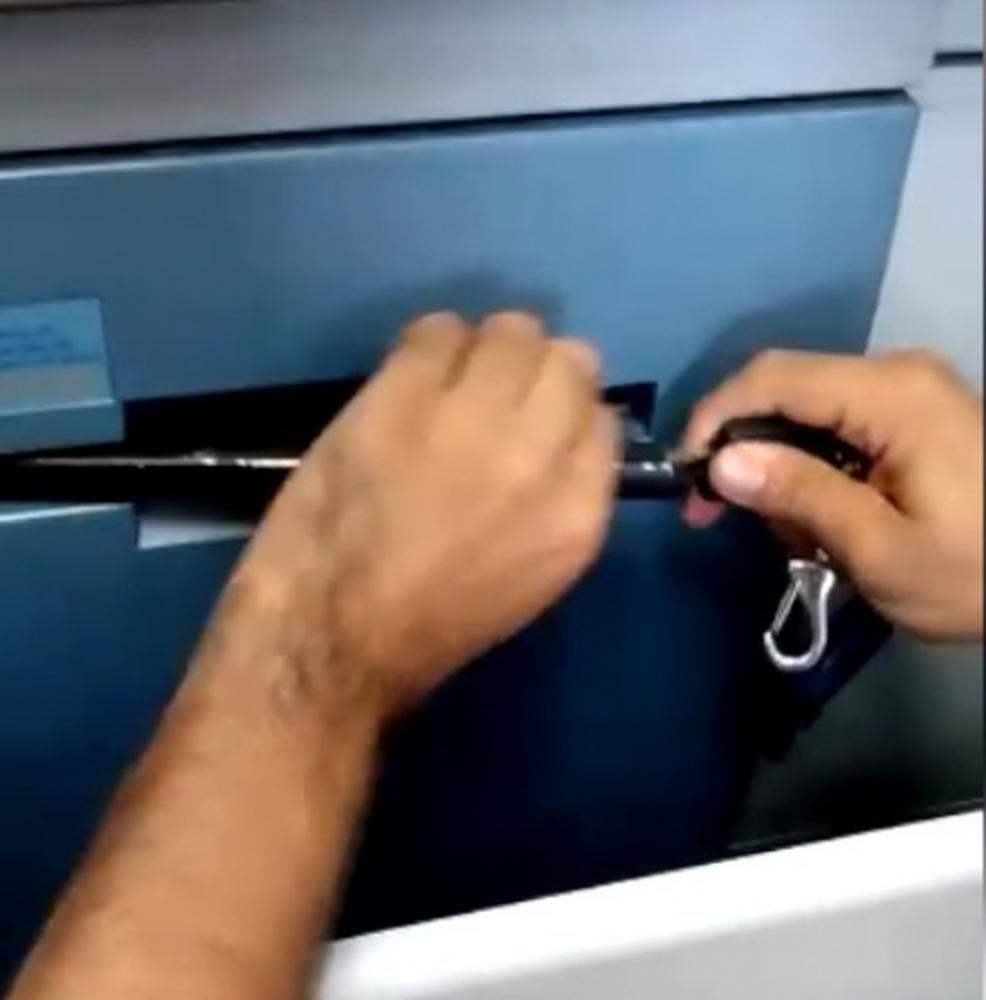 Objeto colocado em caixa eletrônico para bloquear a saída de cédulas, em Teresina — Foto: Reprodução