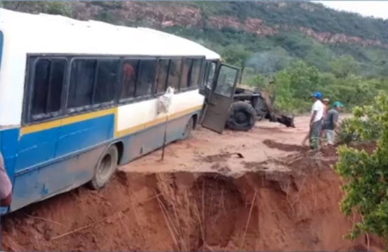 Ônibus é quase engolido por cratera no Piauí — Foto: Reprodução/TV Clube