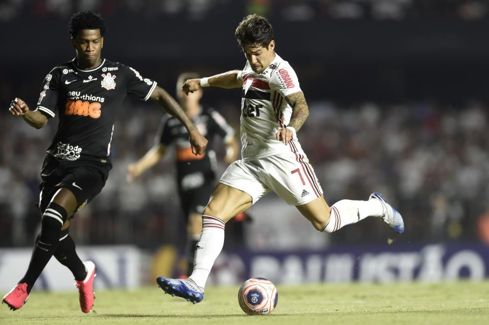 Pato em lance com Gil em São Paulo x Corinthians — Foto: Mauro Horita / Estadão Conteúdo