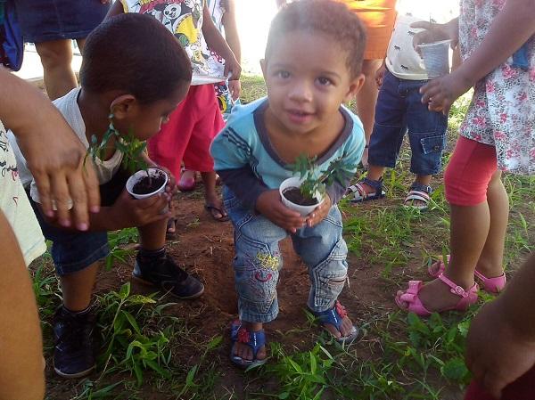 Alunos da Creche Manoel Roberty em São Gonçalo do Piauí plantam mudas de árvore no Dia Mundial do Meio Ambiente
