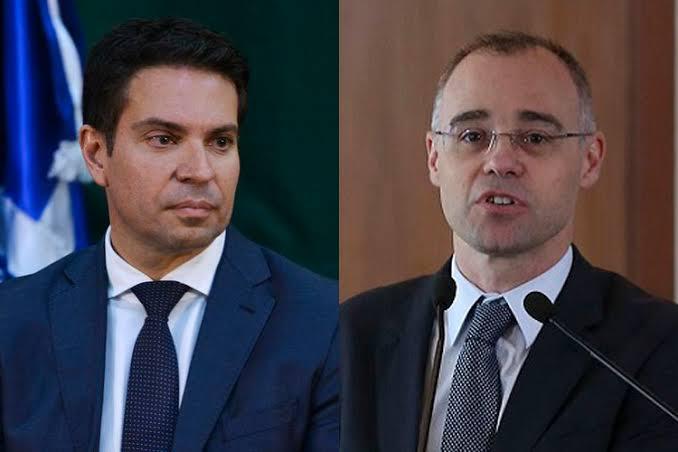 Bolsonaro nomeia André Mendonça na Justiça e Alexandre Ramagem para PF