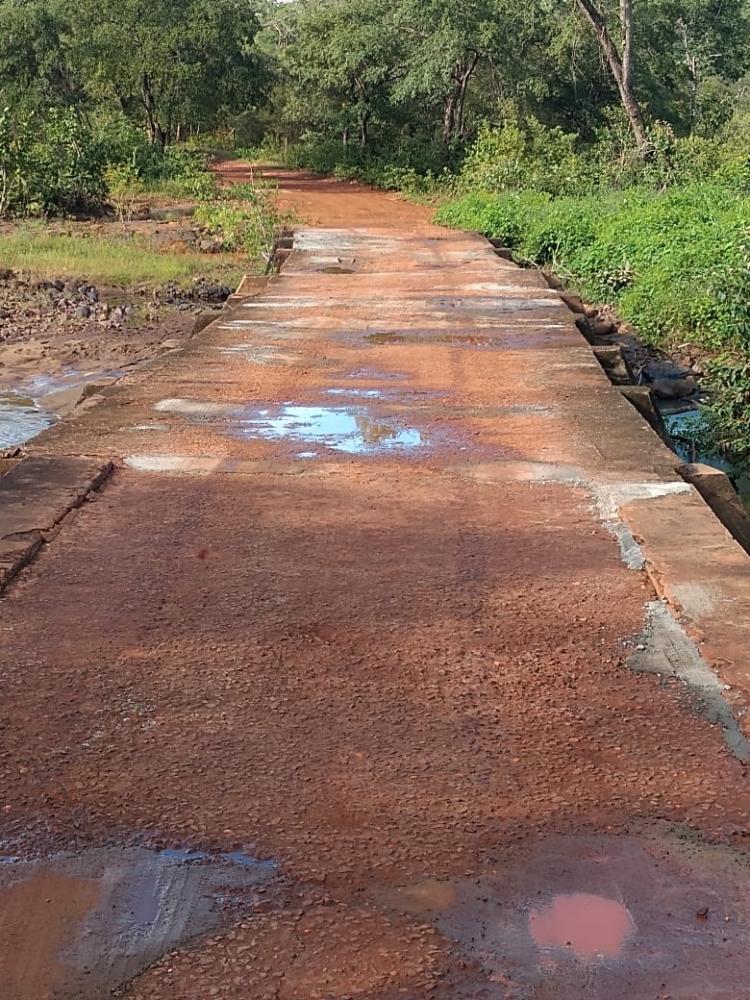 Prefeitura de Novo Oriente recupera passagem molhada do povoado Caraíbas
