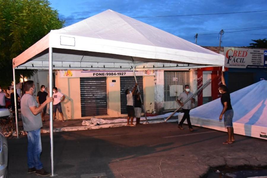 Prefeitura de Floriano monta tendas e cadeiras ao lado da Caixa Econômica