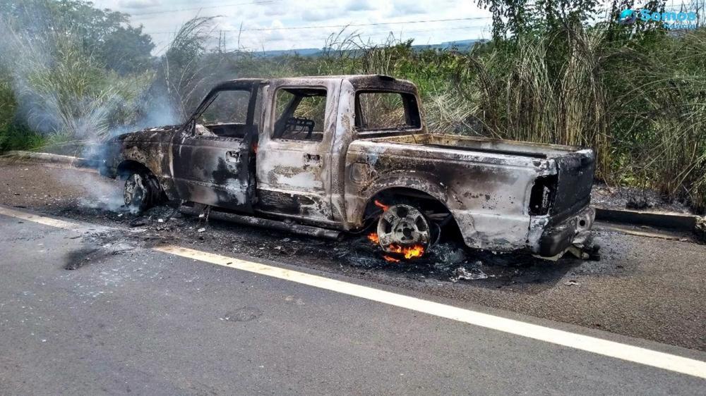Caminhonete é encontrada incendiada na BR 343 em Amarante; ação pode ter sido criminosa