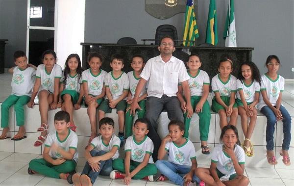Alunos de escola da rede municipal visitam sedes da Prefeitura e Câmara de Água Branca