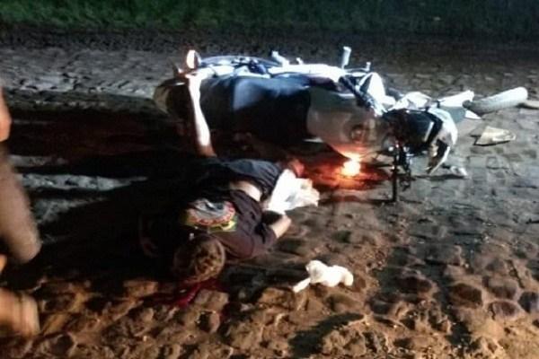 Motociclista embriagado fica gravemente ferido em colisão com carreta