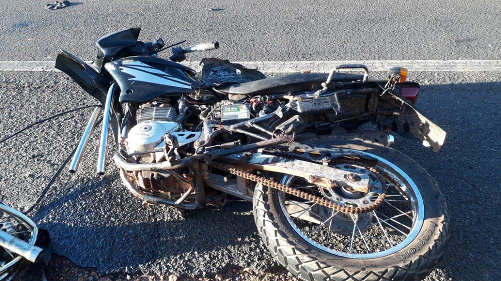 Empresário fica gravemente ferido em acidente entre moto e caminhão na BR 316, em Passagem Franca do Piauí