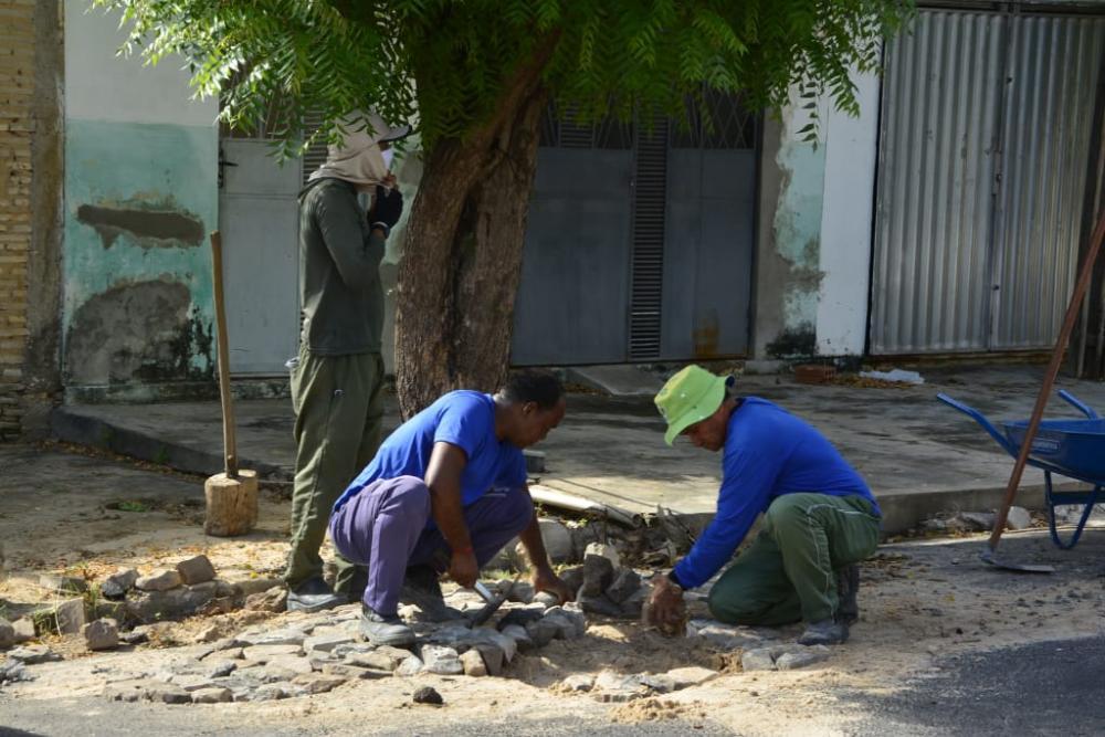 Prefeitura segue com serviços de tapa-buracos nas ruas de Floriano