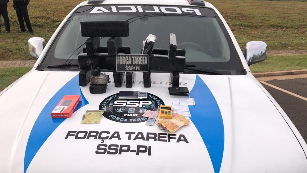 Homens são presos com 16 tabletes de maconha dentro de carro na BR-343