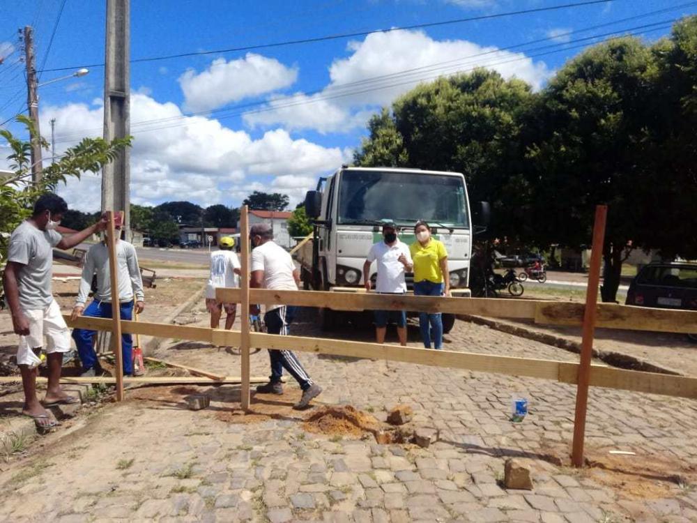Prefeitura instala barreiras para controlar fluxo de pessoas em Água Branca