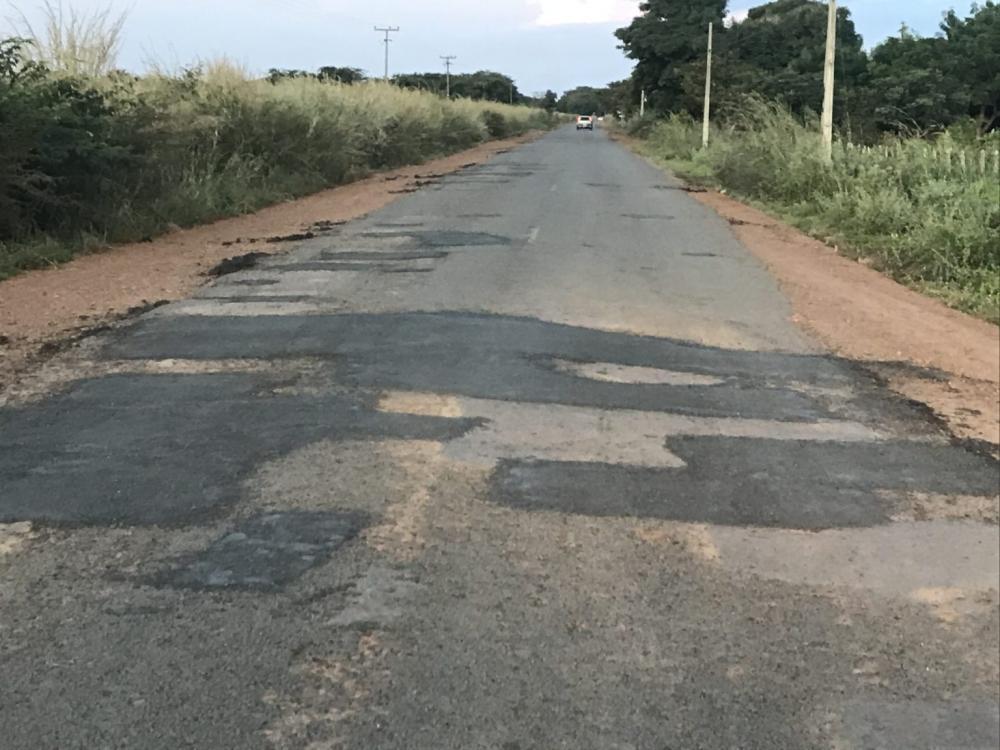 Rodovia PI-354 recebe Operação Tapa-buracos em Olho D'água do Piauí
