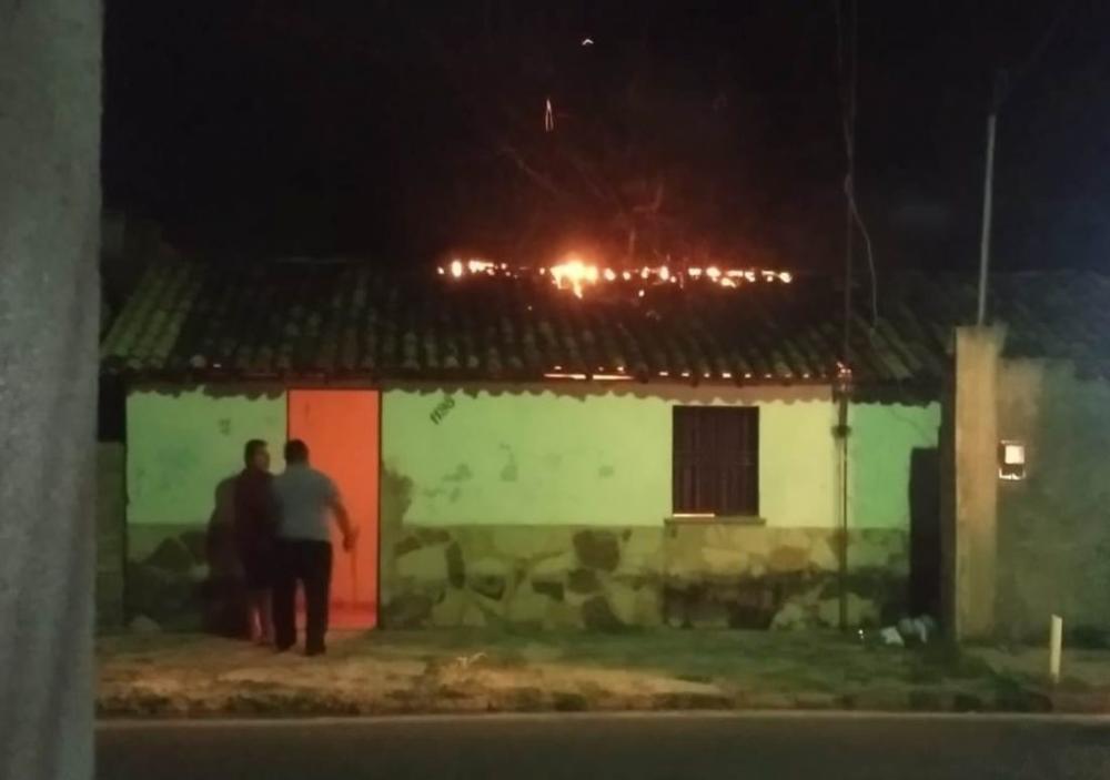 Incêndio destrói casa em Piripiri e assusta moradores