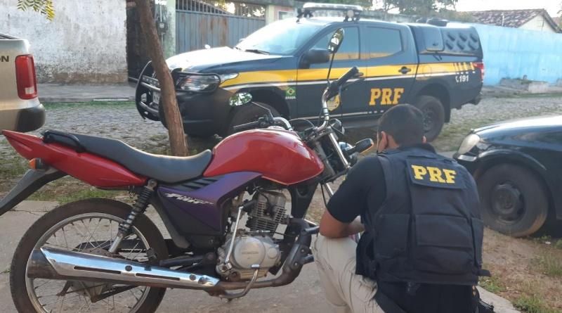 PRF recupera motocicleta roubada e prende mulher por Receptação na BR 343