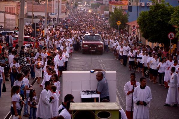 Milhares de fiéis participam de procissão de encerramento do festejo em Água Branca; veja imagens
