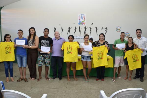 Assistência Social de Água Branca entrega certificados de curso de libras aos jovens do SCFV