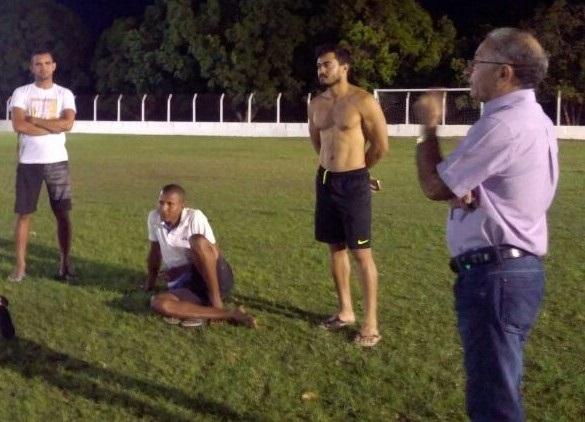 Prefeito de Barro Duro, Dr. Deusdete, visita o estádio municipal e avalia positivamente a nova iluminação