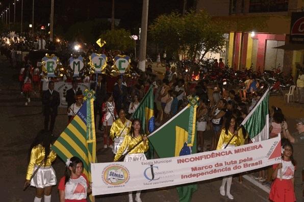 Desfile cívico reúne autoridades em Água Branca; veja imagens