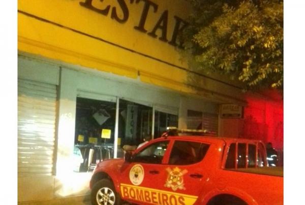 Incêndio destrói loja de confecções no centro de Teresina