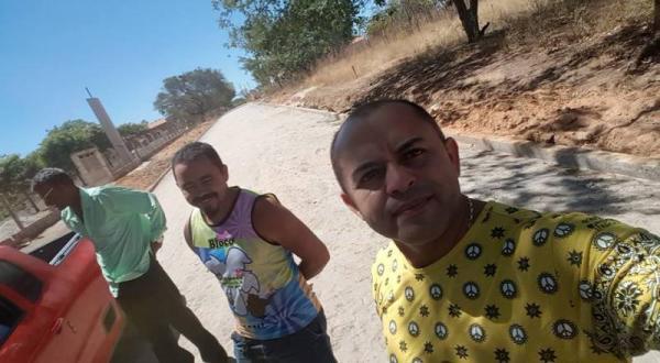 Prefeito Adalberto Filho fiscaliza obra em bairro na cidade de Santo Antônio dos Milagres