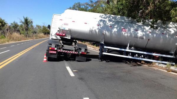 Motorista faz manobra equivocada e carreta vai parar fora da rodovia, na BR 343, próximo a Regeneração
