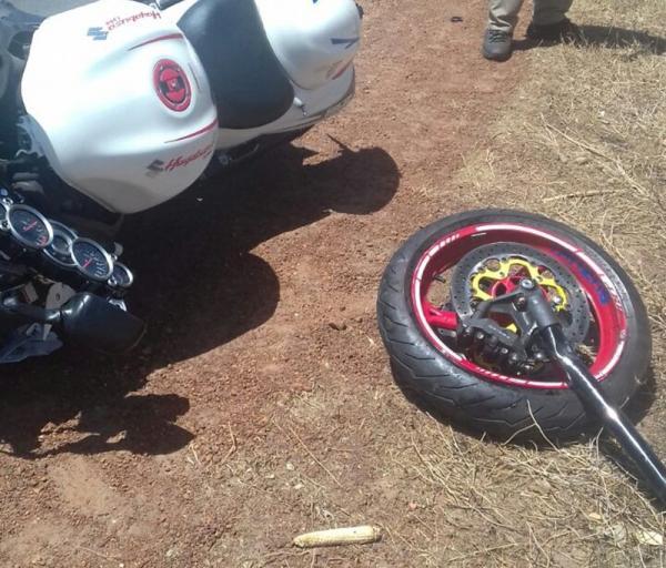 A motocicleta partiu ao meio (Imagens: Divulgação)
