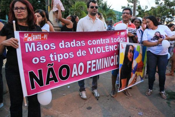 Famílias de Camilla Abreu e Iarla fazem passeata e pedem justiça em Teresina