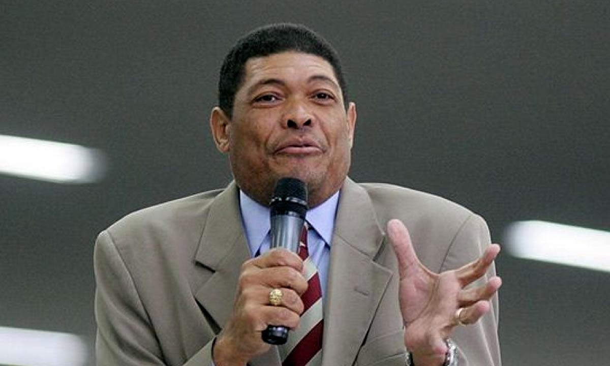 Valdemiro Santiago da Igreja Mundial do Poder de Deus leva facada durante culto