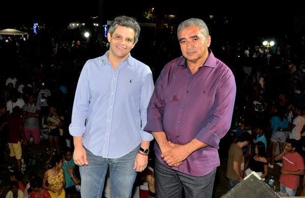 Miguel Leão comemora aniversário de 54 anos com grande show em praça pública; veja imagens