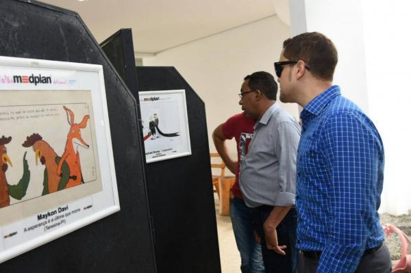 Floriano recebe exposição do 9° Salão Medplan de Humor