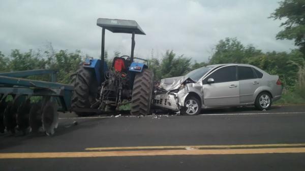Colisão entre carro de passeio e trator na BR 343 deixa 4 pessoas ficam feridas próximo a Lagoinha do Piauí