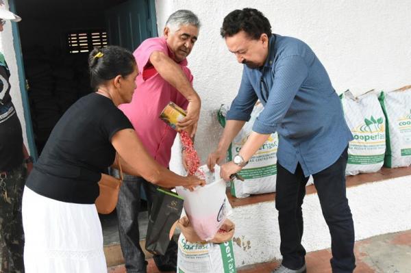 Em Floriano, prefeitura realiza entrega de sementes de milho para agricultores familiares