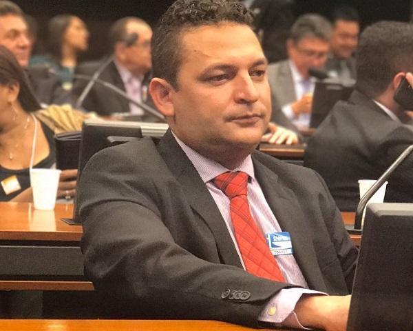 Prefeito de Hugo Napoleão, Hélio Rodrigues, sanciona lei que proíbe corte de energia e água nos finais de semanas