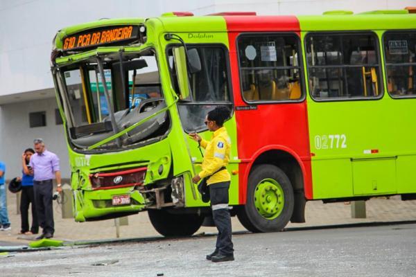 Acidente entre dois ônibus coletivos deixa 11 feridos no centro de Teresina