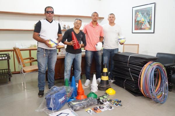 Prefeitura de São Pedro do Piauí entrega materiais esportivos para escolinha de futebol