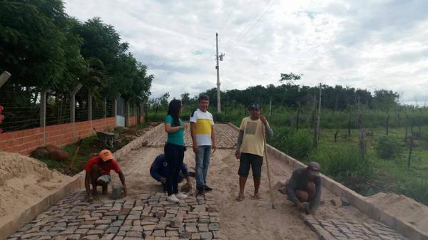 Prefeito João Luiz e vereadora Eliane Moura visitam obra de pavimentação