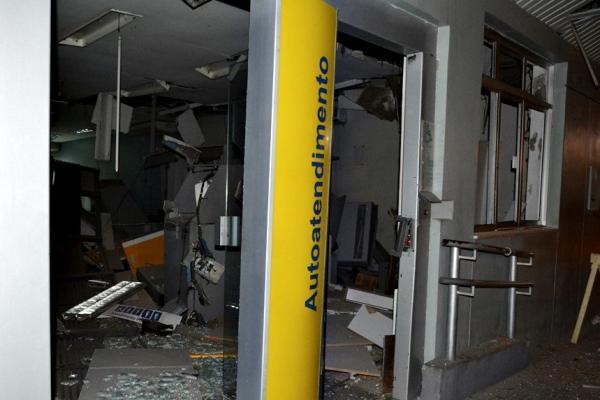 A agência bancária ficou parcialmente destruída (Imagens: Cidades na Net)
