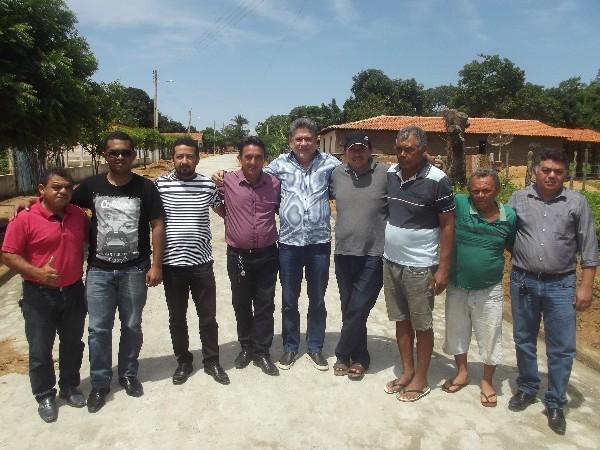 Deputado Estadual João Mádison visita obra de calçamento em Agricolândia