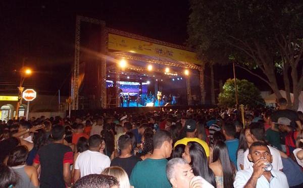 Primeira noite do Zé Pereira de São Pedro do PI reúne multidão em praça pública; veja imagens