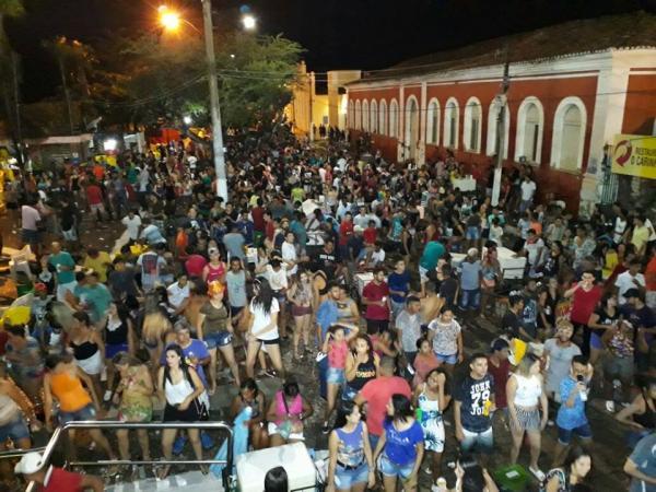 Sexta-feira de muita folia na abertura do Carnaval 2018 em Floriano