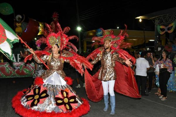 Desfile das Escolas de Samba e Arrastão fecham Carnaval de Floriano 2018