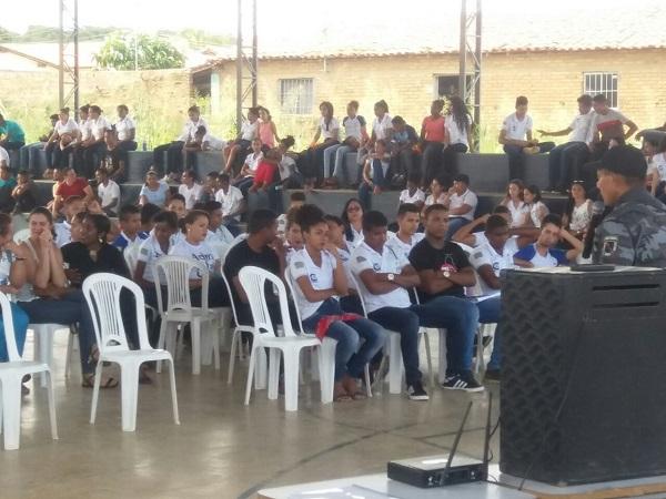 Policial da Força Tática ministra palestra sobre drogas no 1º seminário do PR Jovem em Regeneração