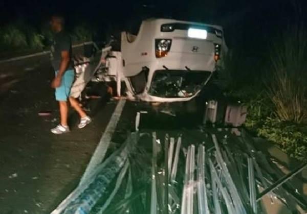 Irmãos saem ilesos após carro capotar e ficar com os quatro pneus pra cima na BR 343, próximo a São Pedro do PI