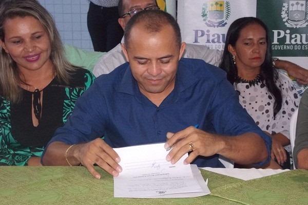 Prefeito de Santo Antônio dos Milagres, Adalberto Filho, assume presidência da AMPAR