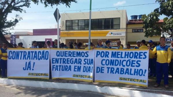 Trabalhadores dos Correios entram em greve em Alagoas (Foto: Marcos Rolemberg/G1)