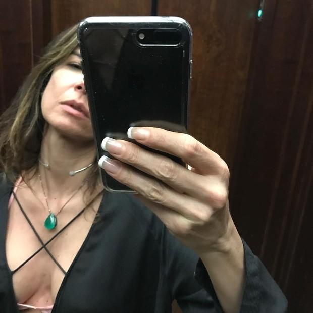 Luciana Gimenez tira foto no elevador e decote profundo chama a atenção
