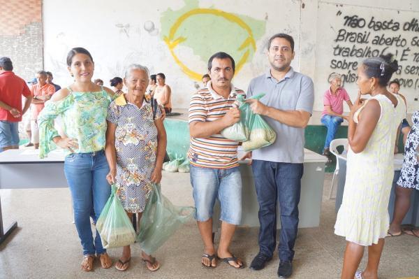 Em São Pedro do Piauí, secretaria de Agricultura entrega sementes para pequenos agricultores