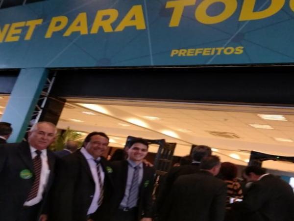 Prefeito Alcides Oliveira assina em Brasília adesão ao programa 'Internet para Todos'