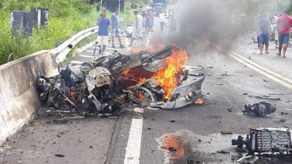 Acidente envolvendo carros de luxo deixa três pessoas mortas na BR 343