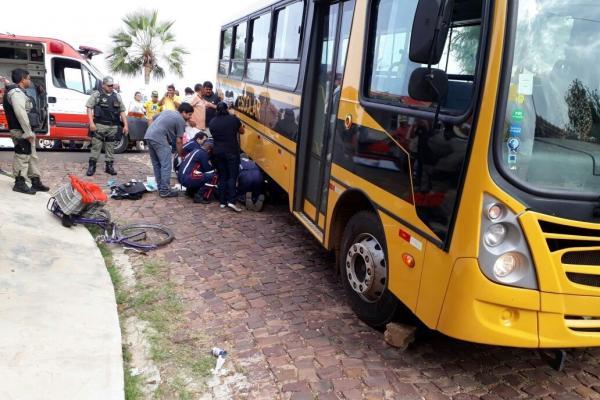 Mulher morre esmagada por ônibus escolar na BR 343